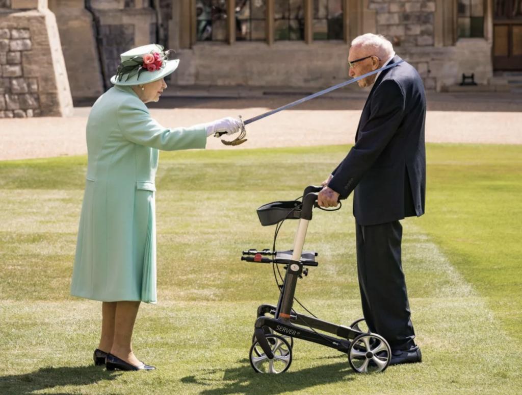 У Британії від COVID-19 помер 100-річний ветеран війни, який зібрав 30 мільйонів для медиків