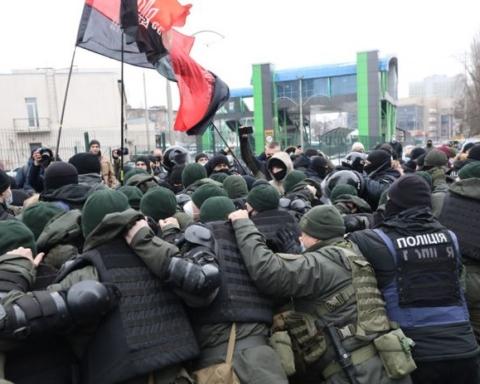 """У Києві спалахнув протест з бійками біля телеканалу """"НАШ"""": усі подробиці та кадри"""