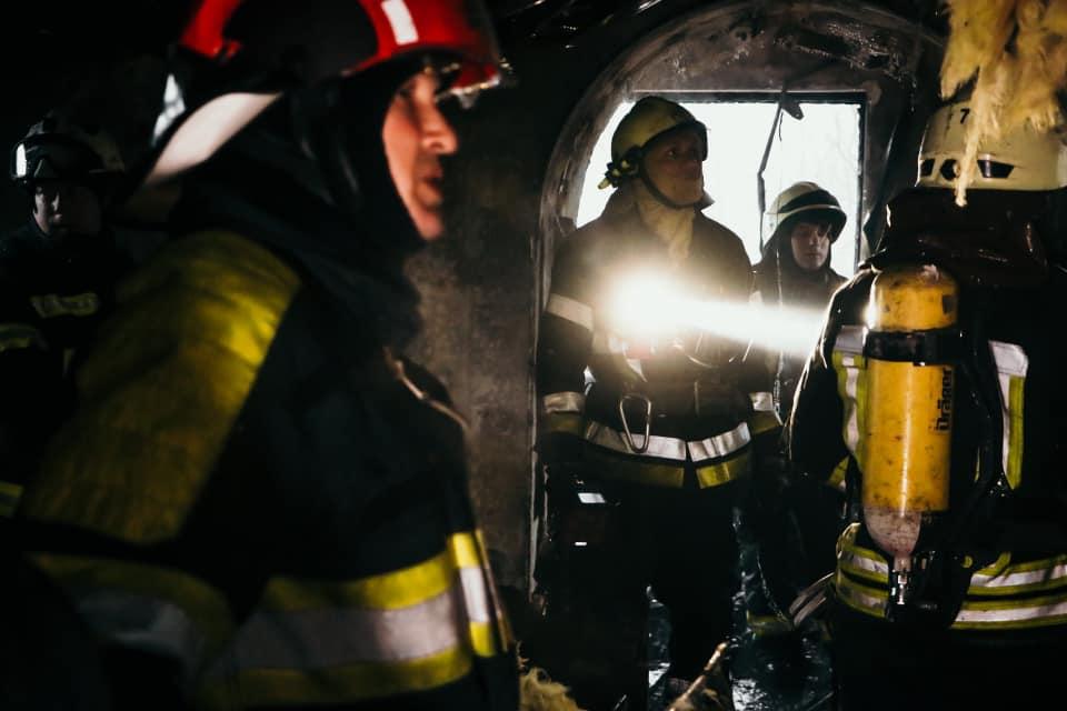 У Києві загорівся будинок для літніх людей, десятки людей евакуювали