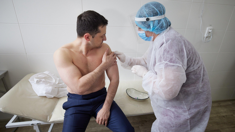 Зеленський зробив щеплення проти коронавірусу індійською вакциною Covishield