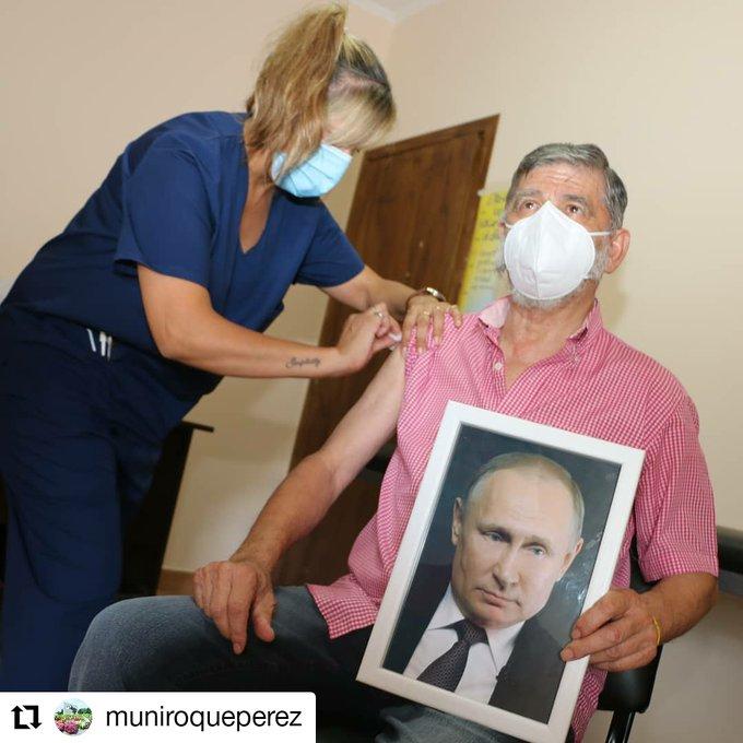 В Аргентине мэр пришел на прививку от коронавируса с портретом Путина в руках