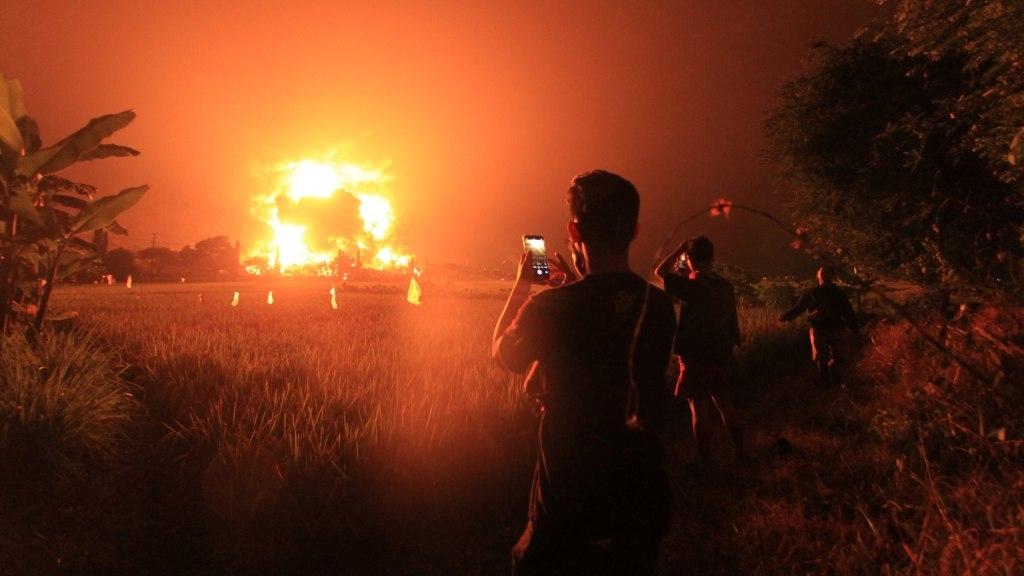 На НПЗ в Індонезії сталася пожежа і вибух, постраждали десятки людей: моторошні кадри