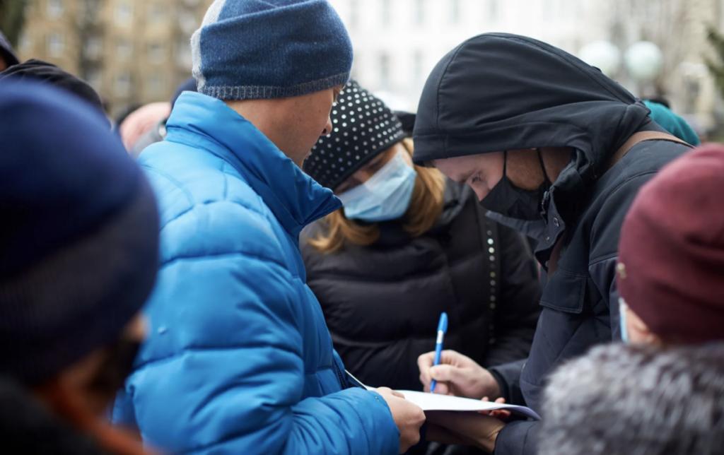 В «красном» Ивано-Франковске люди вышли с протестом против карантина — фото, видео