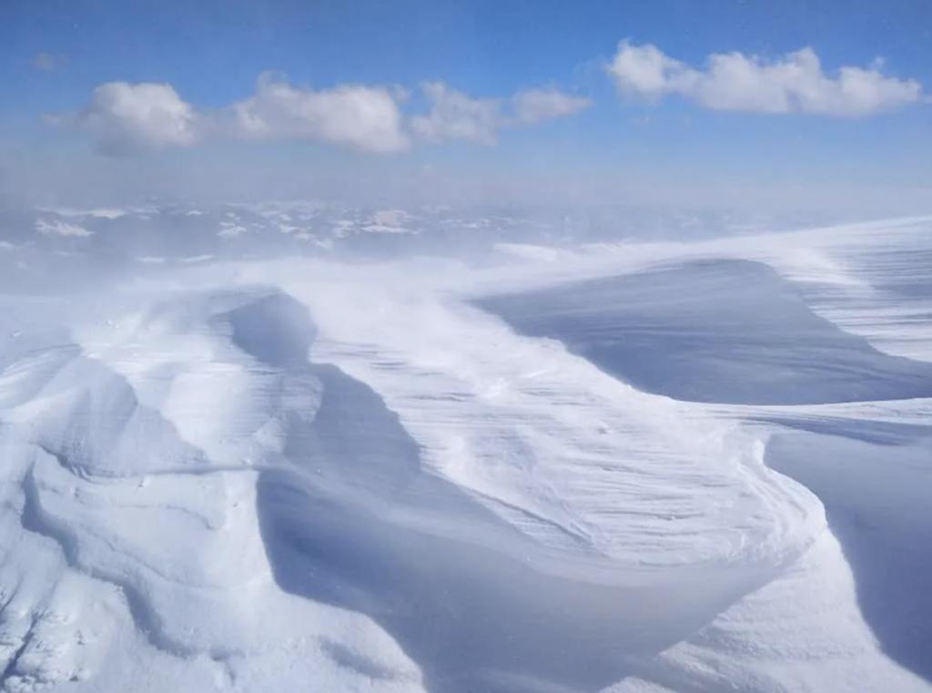 Карпати засипало снігом, з'явилася загроза лавин: вражаючі кадри негоди