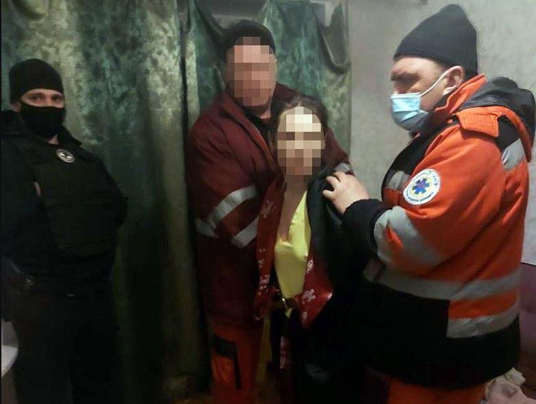 У Києві копам довелося ламати двері квартири, де жінка знущалася над маленькою дочкою
