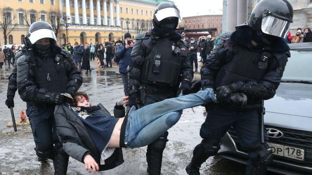 На акціях на підтримку Навального вже затримали понад 300 осіб