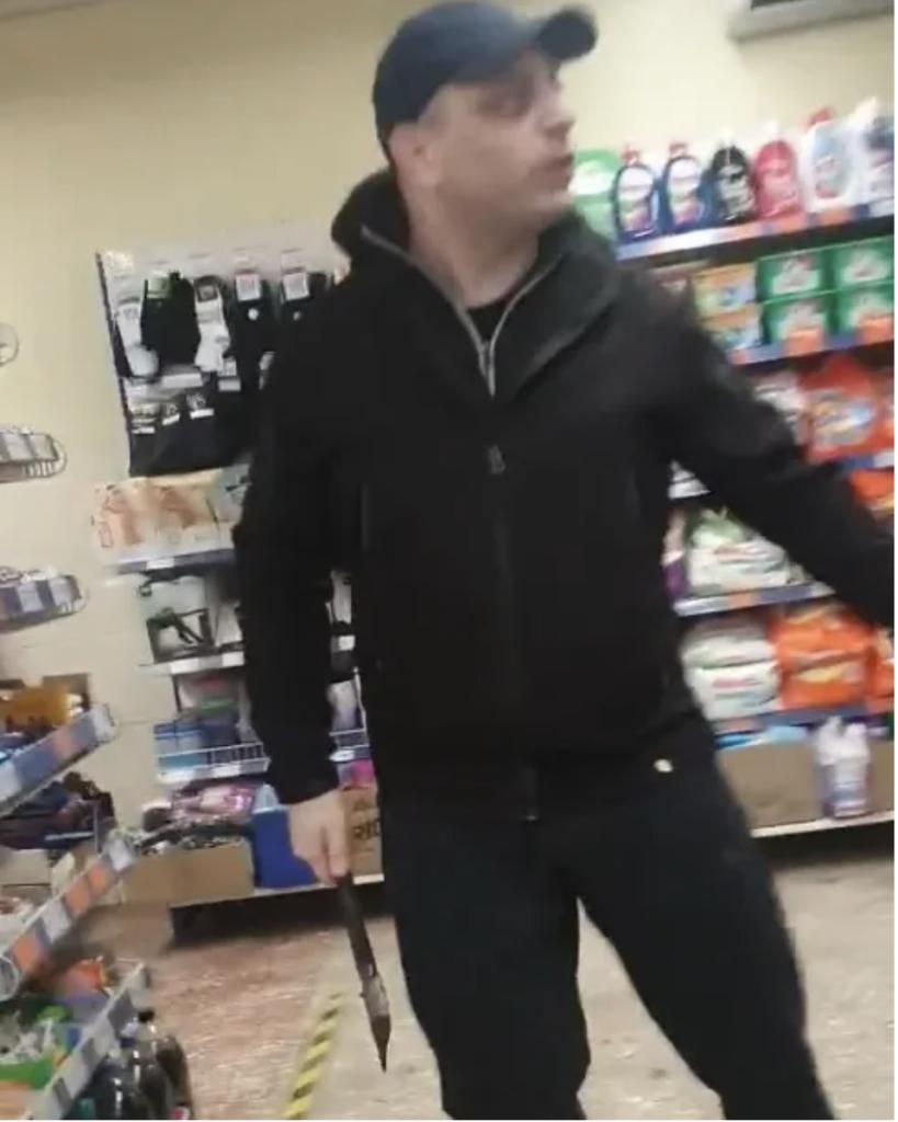 В Мариуполе мужчина разгромил топором супермаркет из-за «маски» — фото, видео