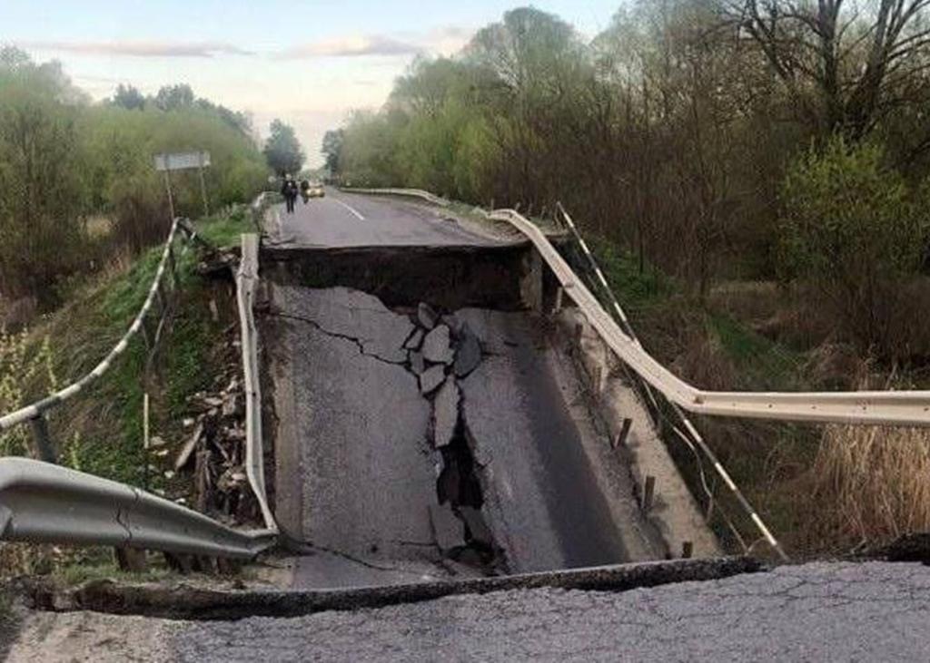 У Львівській області обвалився автомобільний міст: коли його відремонтують і схема об'їзду