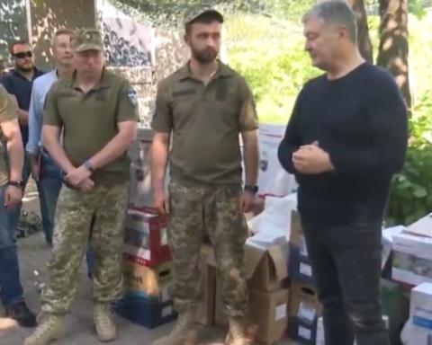 Порошенко поехал на фронт, побывал на «нуле» и передал военным комплект видеонаблюдения за противником