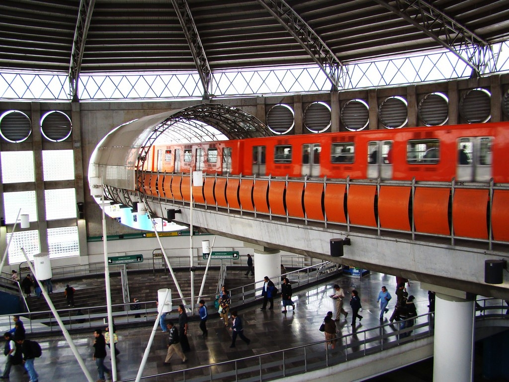 В Мексике вагоны метро рухнули вместе с эстакадой: десятки погибших и раненых