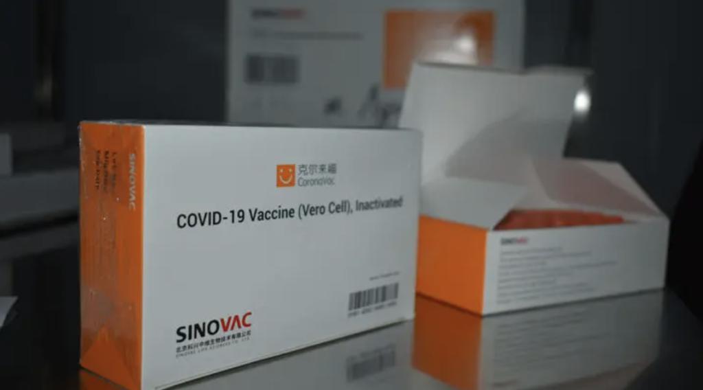 Вакцина CoronaVac оказалась эффективнее, чем показывали исследования: детали