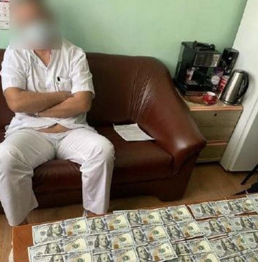 В Одессе врача задержали при получении взятки: требовал 11 тысяч долларов