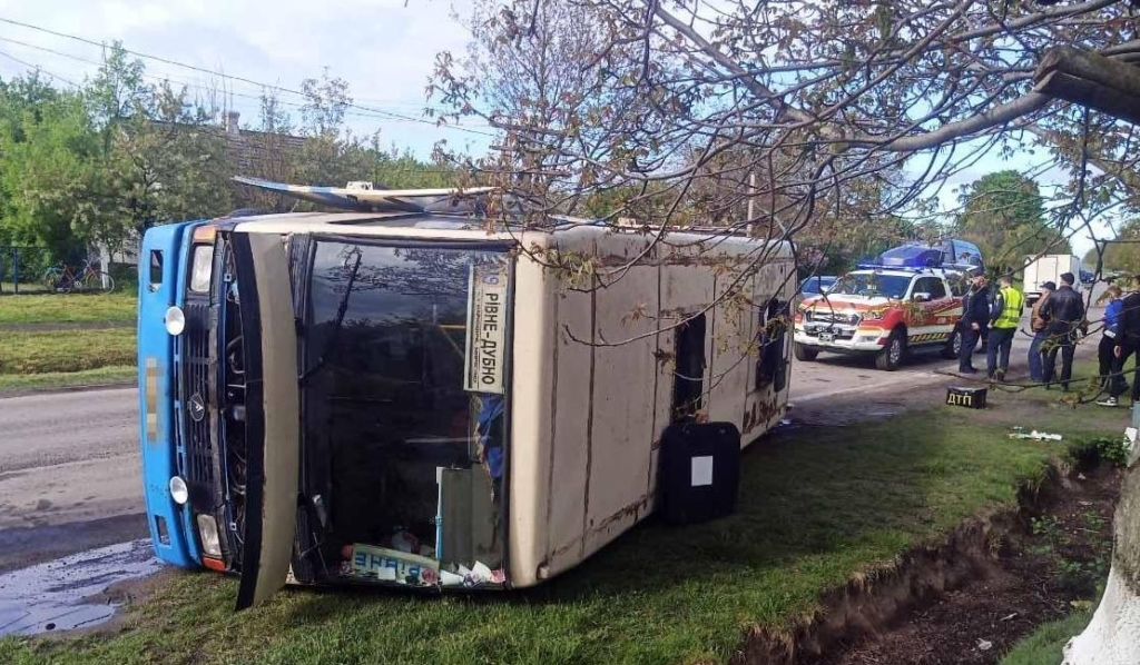 У Рівненській області перекинувся пасажирський автобус: є постраждалі