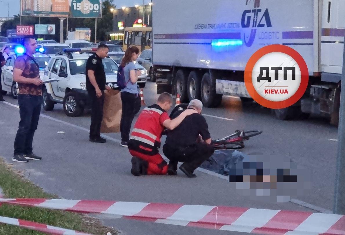 В Киеве пьяный пешеход толкнул велосипедиста под грузовик и тот погиб: кадры жуткой трагедии