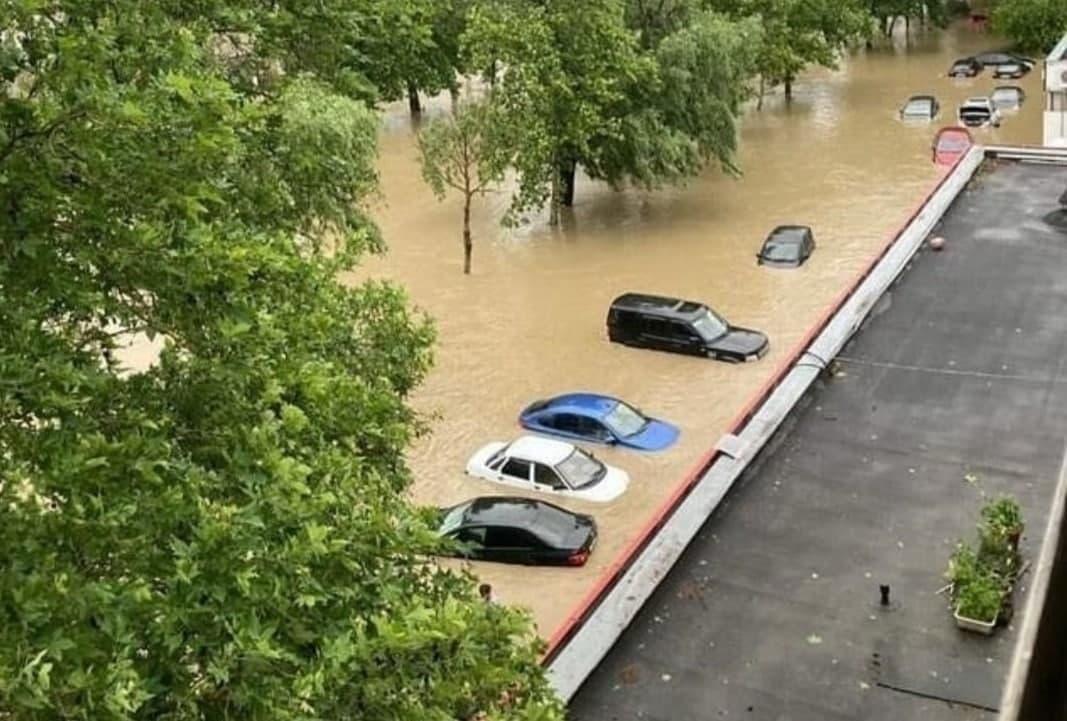 Аксьонов змусив рятувальників пірнути у брудну воду, і плисти за його човном: нове відео потопу в окупованій Керчі