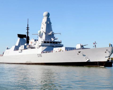 Российские военные обстреляли эсминец Британии в Черном море: все подробности