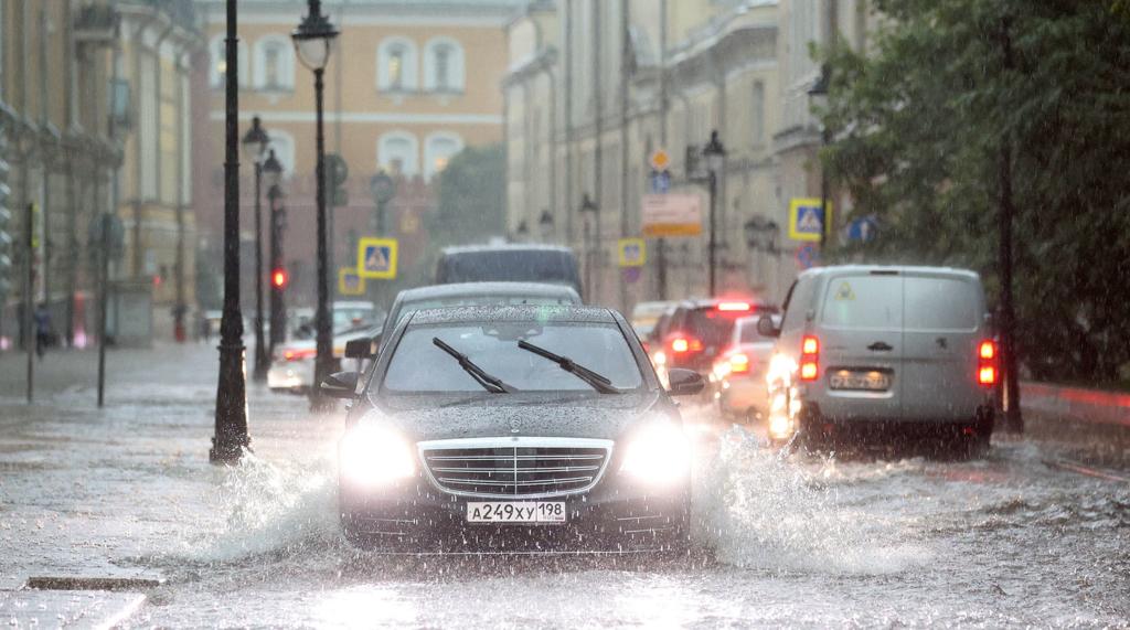 Вітер зривав дахи і валив будівельні крани: кадри погодного апокаліпсису в Москві
