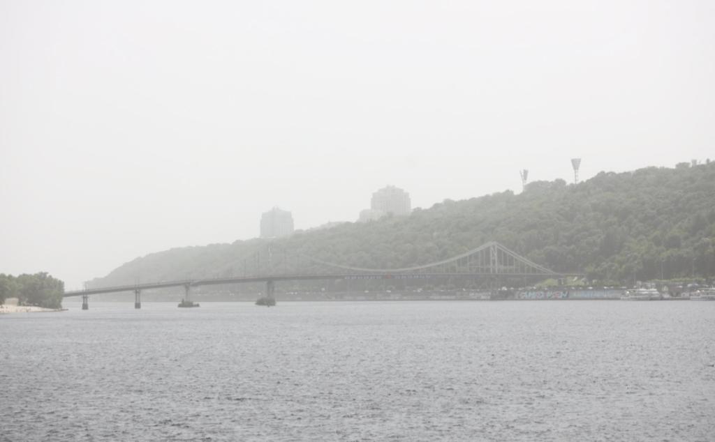 Киев накрыла песчаная буря: впечатляющие фото
