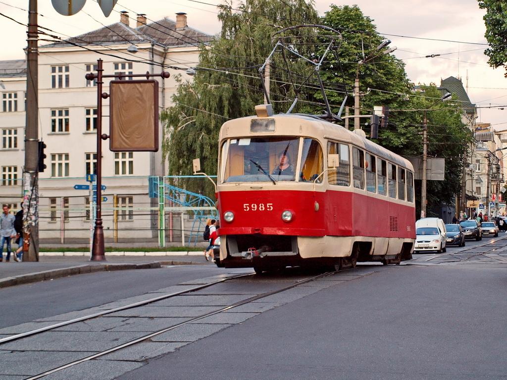 У Києві жінка послизнулася і потрапила під колеса трамвая: кадри НП