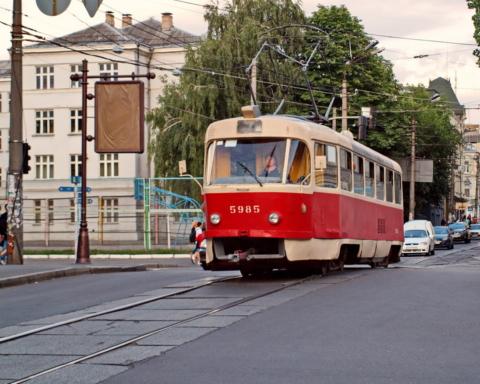 В Киеве женщина поскользнулась и угодила под колеса трамвая: кадры ЧП