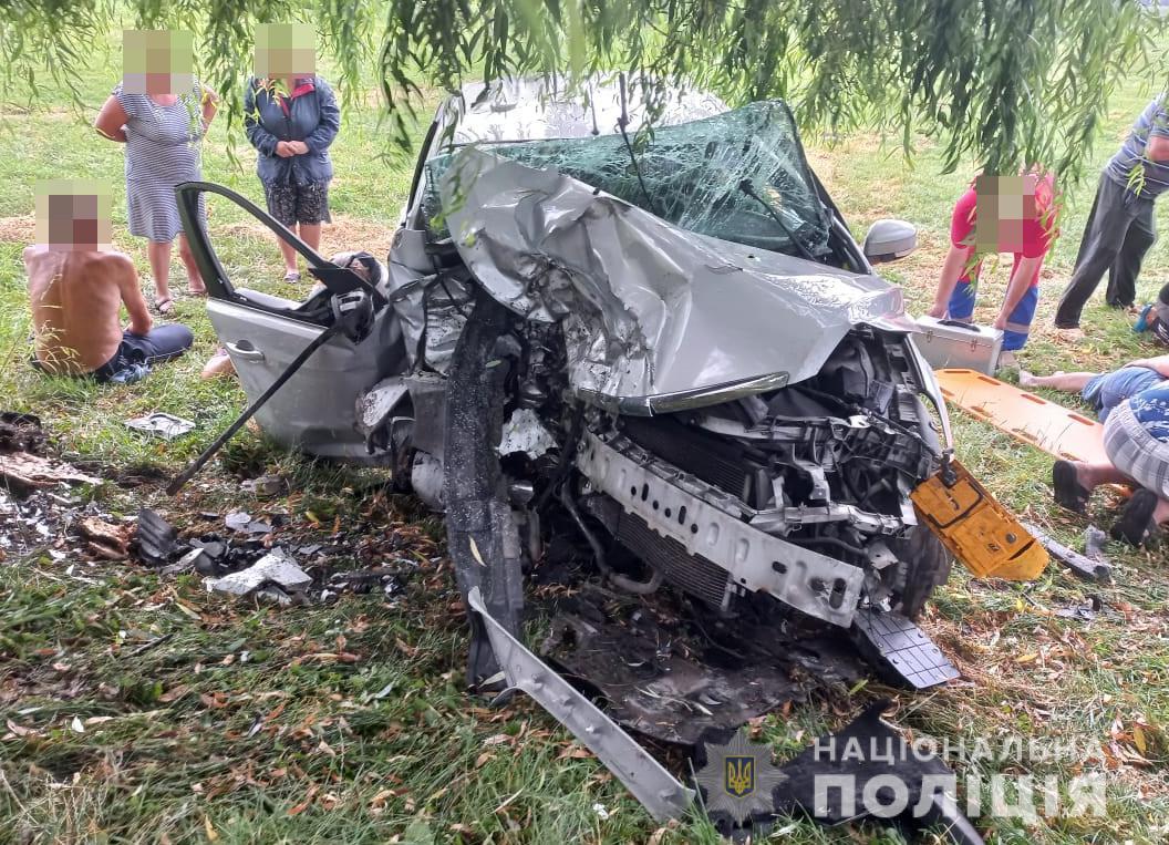 На Волыни легковушка врезалась в дерево: 3 человека погибли, 9 пострадали