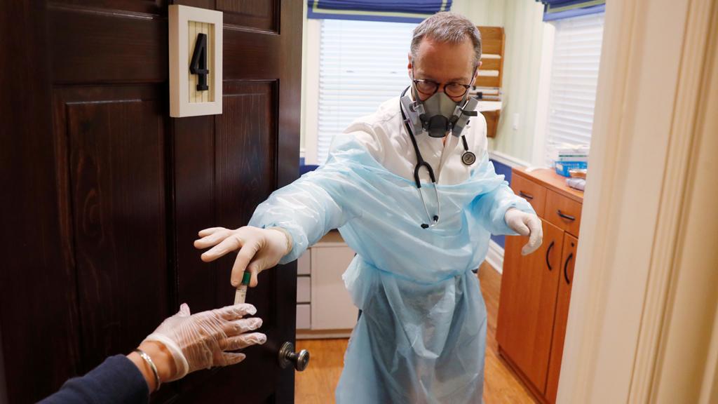 ЦКЗ в США сравнил штамм коронавируса Дельта с Эболой и оспой — COVID-19 оказался заразнее