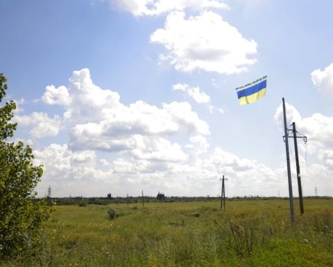 Над оккупированным Донбассом пролетел гигантский флаг Украины