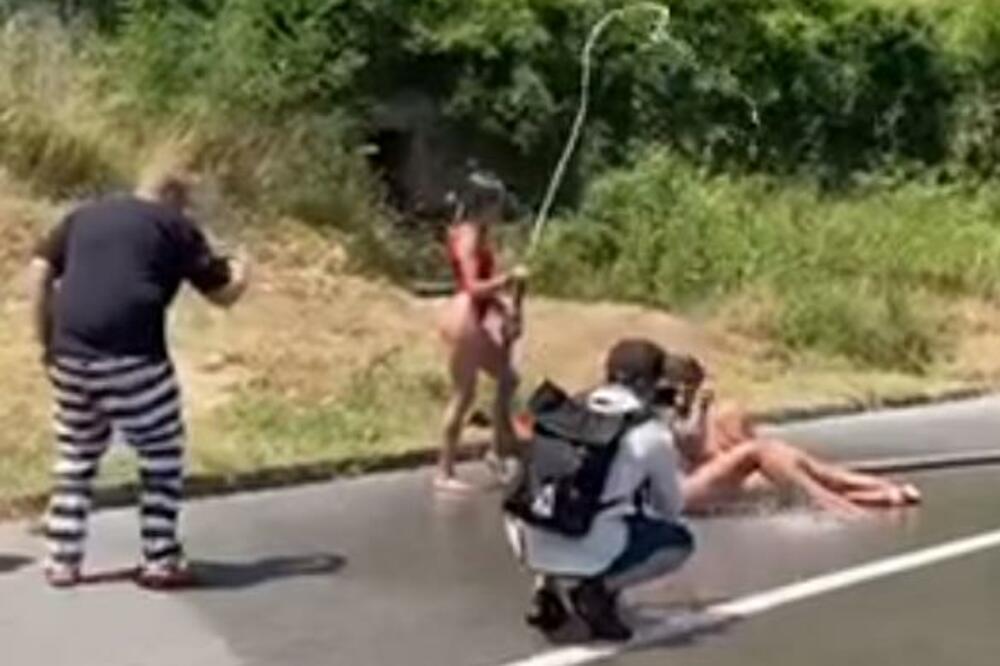 У Чорногорії оштрафували українок за оголену фотосесію посеред дороги