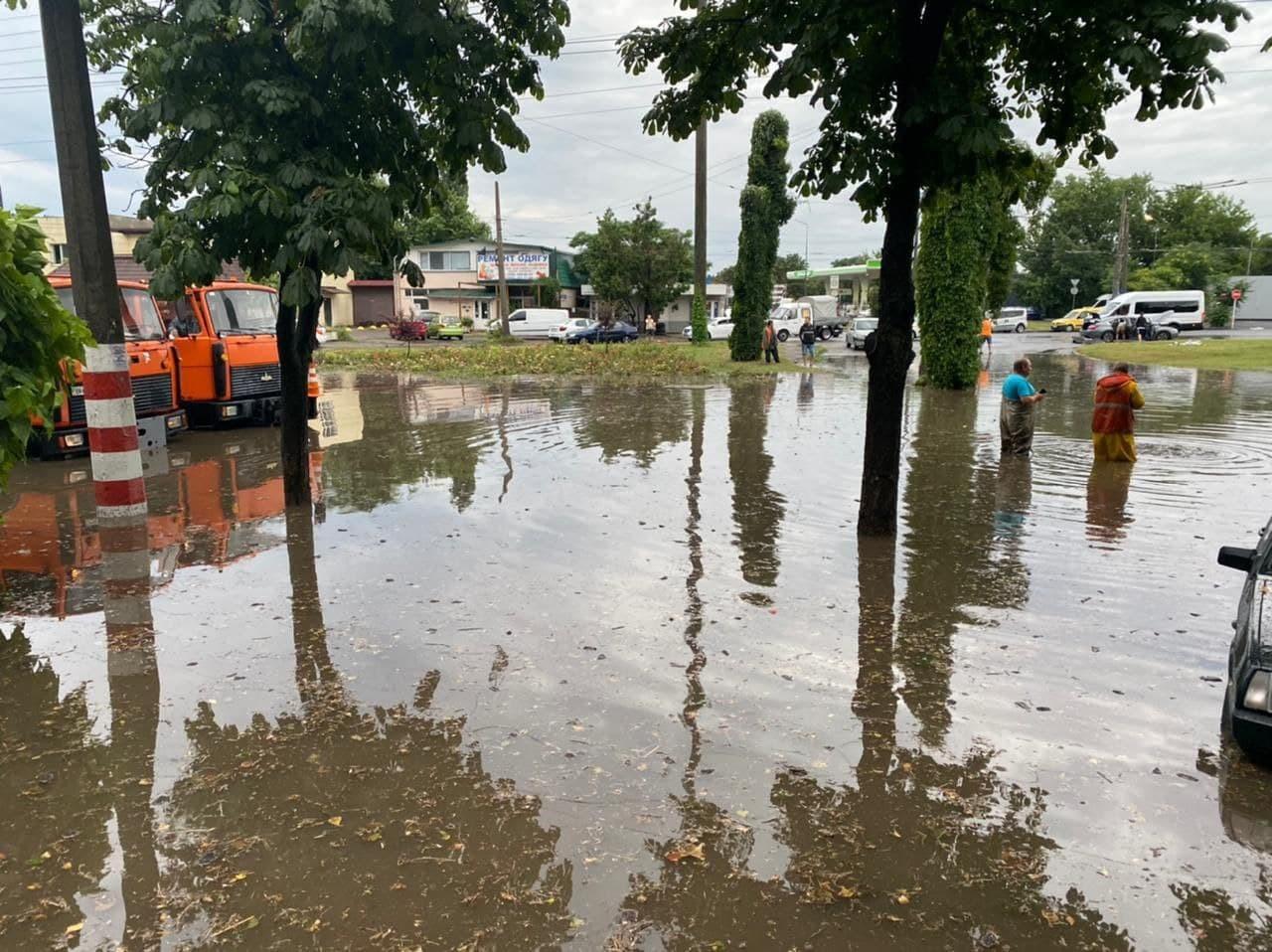 На Одессу обрушился тайфун: улицы затоплены, транспорт стоит