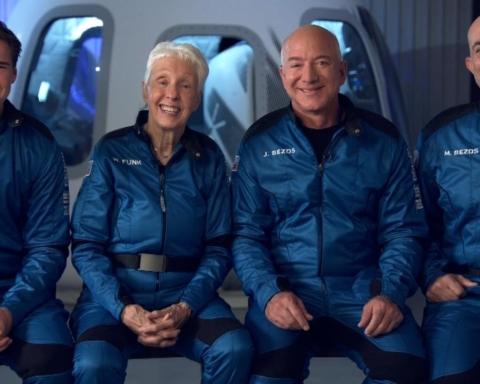 """Відео з капсули Джеффа Безоса в космосі викликало хвилю критики: """"Жбурлялися цукерками, не бачачи краси Землі"""""""