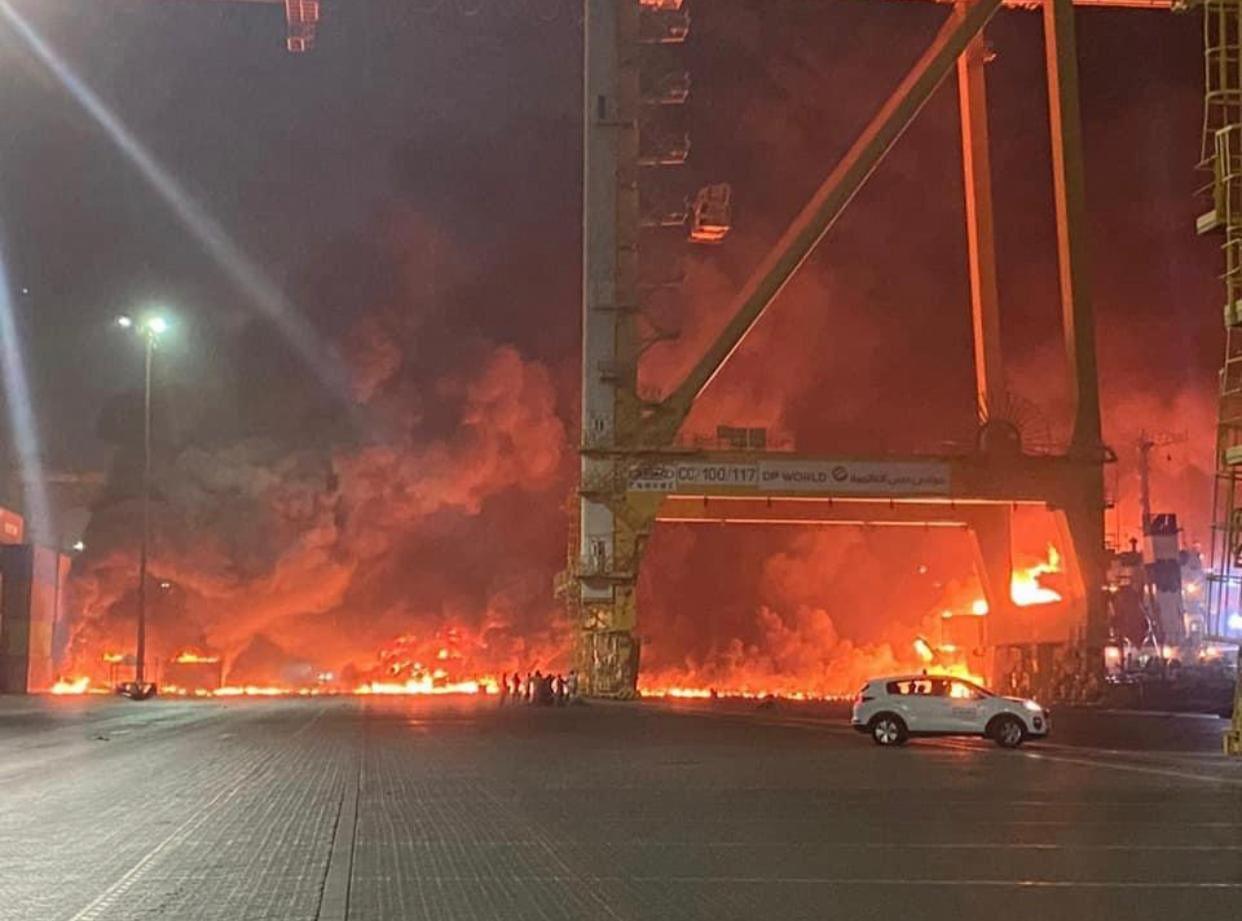 У порту Дубая пролунав потужний вибух із пожежею: нові подробиці