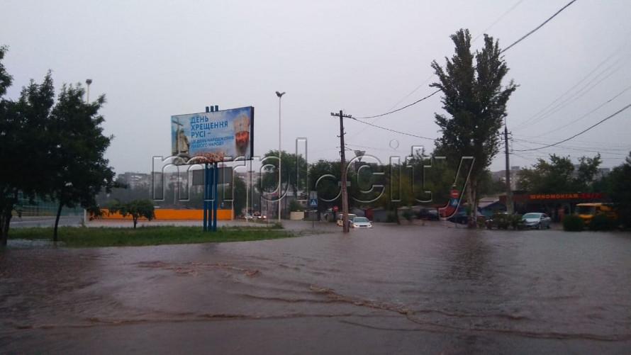 У Маріуполі злива затопила місто: потік води збивав людей з ніг