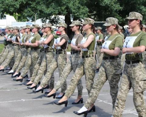 Минобороны заставляет курсанток маршировать на параде ко Дню независимости на каблуках