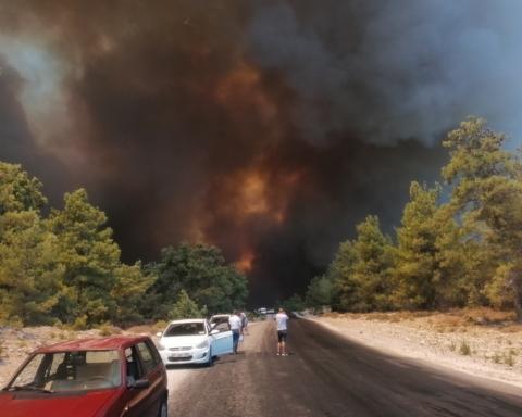 Лесные пожары в Турции добрались до курортов, есть погибшие