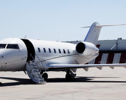 В США разбился пассажирский самолет: кадры с места трагедии