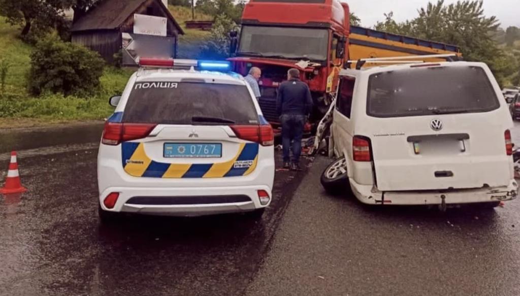 На Івано-Франківщині мікроавтобус врізався у вантажівку: 6 дітей у лікарні, фото з місця