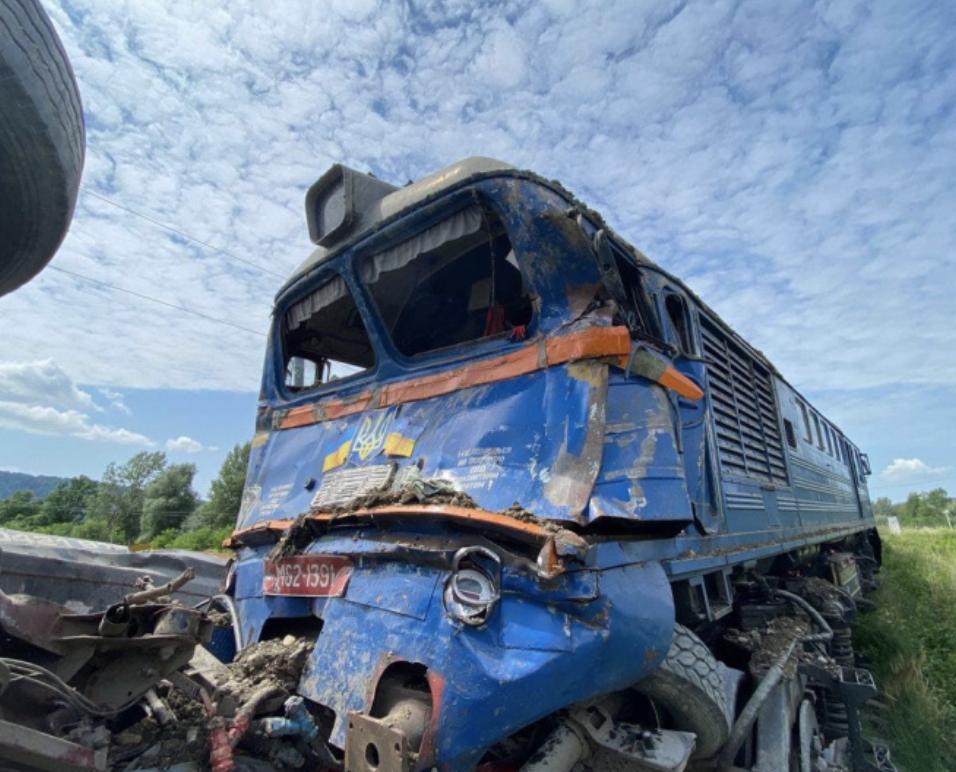 На Закарпатье поезд столкнулся с грузовиком, пятеро пострадавших — фото