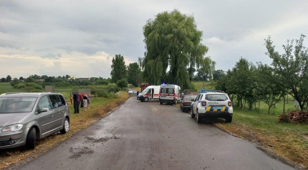 На Волині легковик врізався в дерево: 3 людини загинули, 9 постраждали