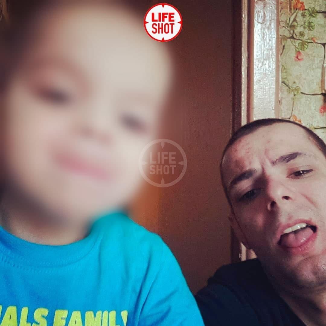 В России неадекватный отец выбросил из окна маленького сына и сбежал в одних трусах