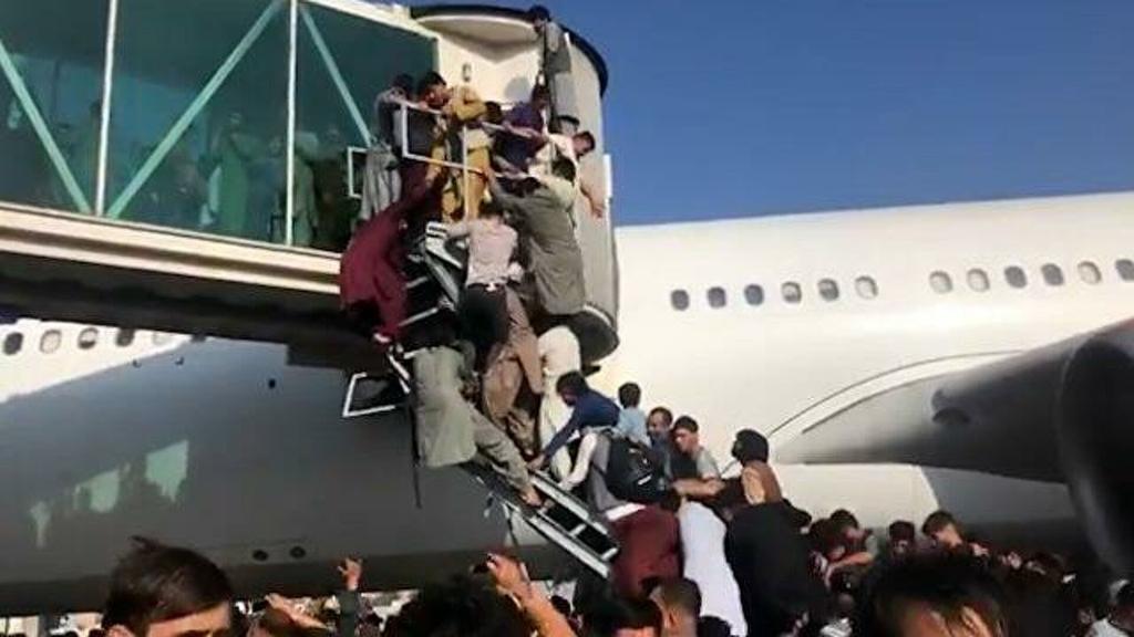 Люди цепляются за шасси самолетов и умирают в давке в аэропорту: ситуация в Афганистане ухудшается
