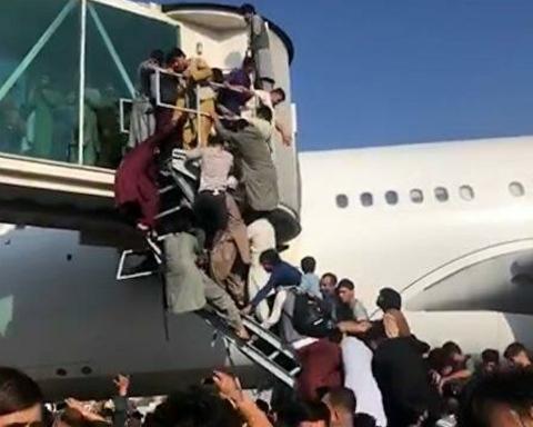 Люди чіпляються за шасі літаків і вмирають у тисняві в аеропорту: ситуація в Афганістані погіршується