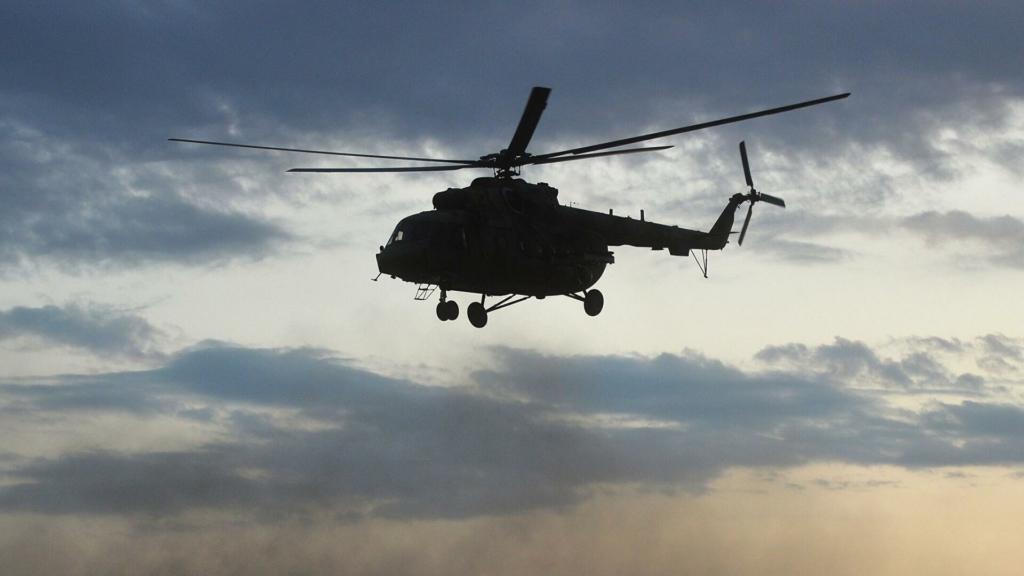 На Камчатке вертолет с туристами рухнул в озеро и ушел на глубину: много погибших