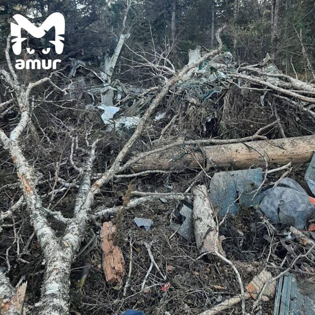 Уламки розкидані на сотні метрів, екіпаж загинув: перші кадри з місця катастрофи літака Ан-26 в Росії