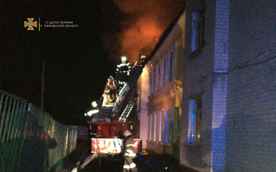 Потужна пожежа знищила частину школи в Харківській області: подробиці