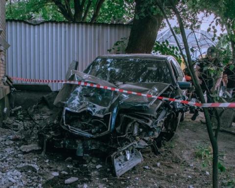 У Дніпрі Mercedes на швидкості збив пішоходів, зніс світлофор і протаранив будинок: багато постраждалих