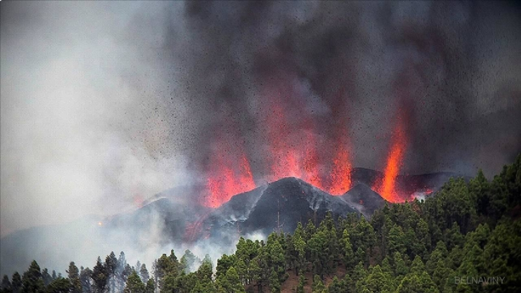 Виверження вулкана на Канарах: потоки розплавленої лави досягли океану