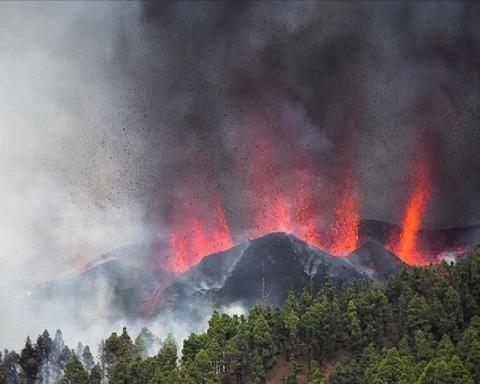 На Канарських островах вивергається вулкан: лава підходить до будинків і блокує дороги