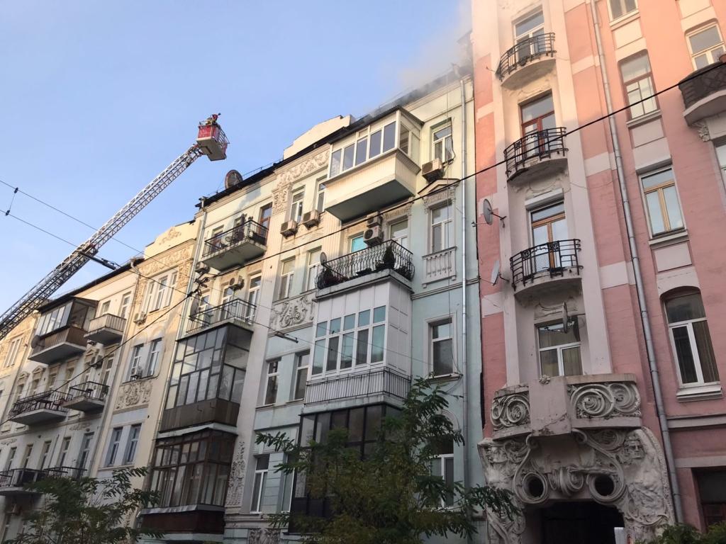 Пожар в центре Киева: спасатели эвакуируют жителей