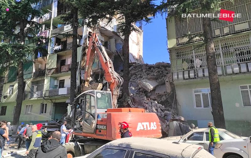 У Батумі обрушився багатоквартирний будинок, під завалами люди: кадри з місця трагедії