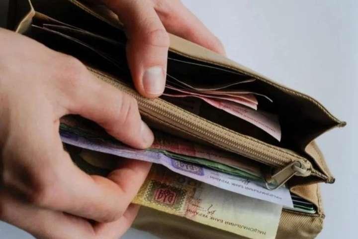 Уряд на пів року відклав підвищення мінімальної зарплати